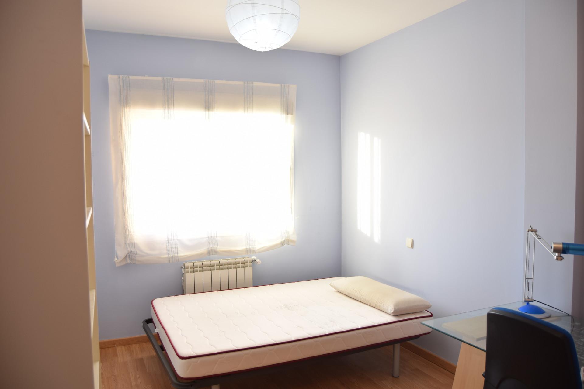 Habitaci n de 12m en chalet alquiler habitaciones madrid for Habitacion de 8 metros cuadrados