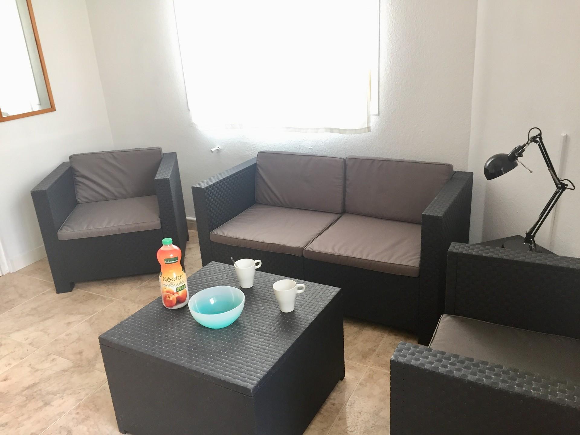 Habitación amplia amueblada con cama doble y cuarto de ...