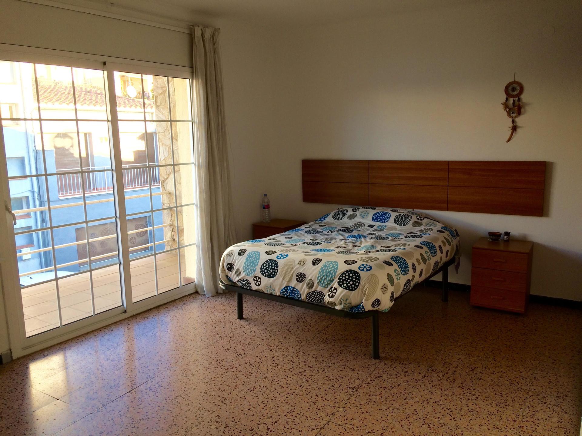 Habitación amplia con balcón