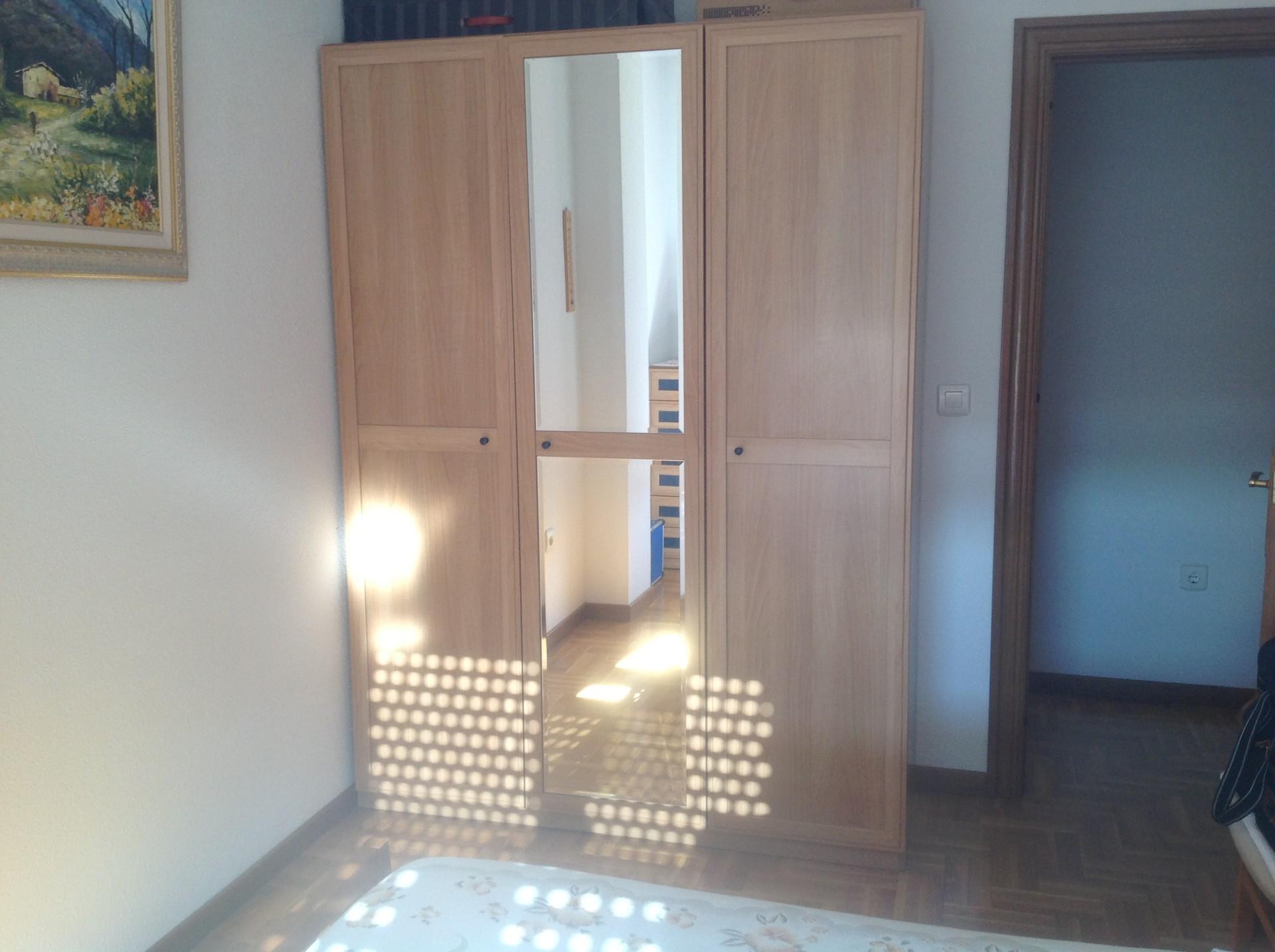 Habitación amplia con cama 1, m. Mesilla, cómoda y