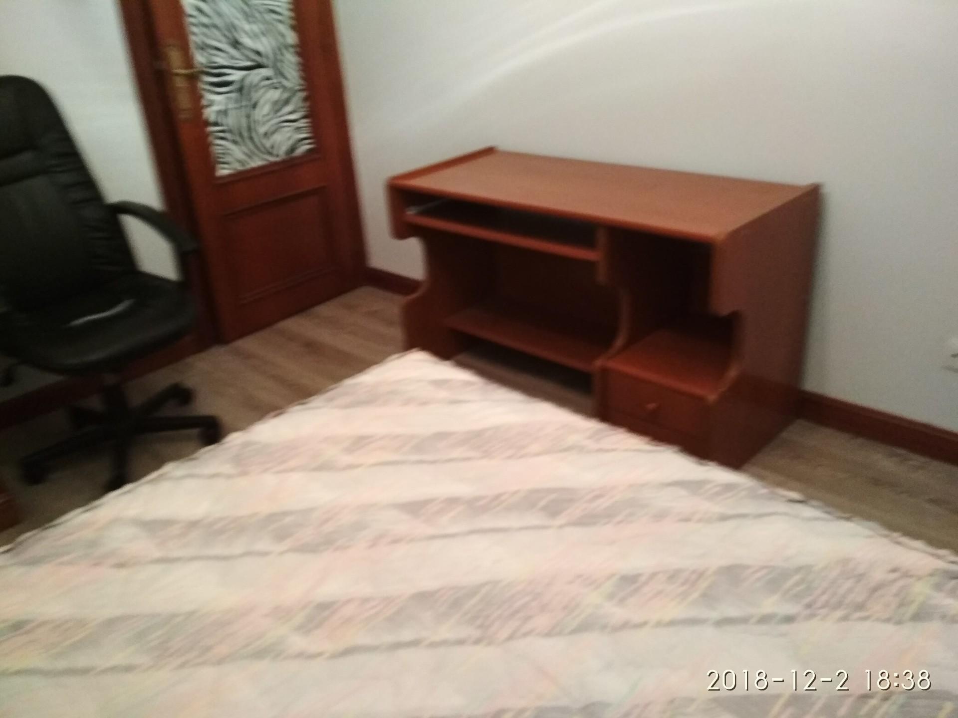 Habitación amplia con cama de matrimonio en pleno
