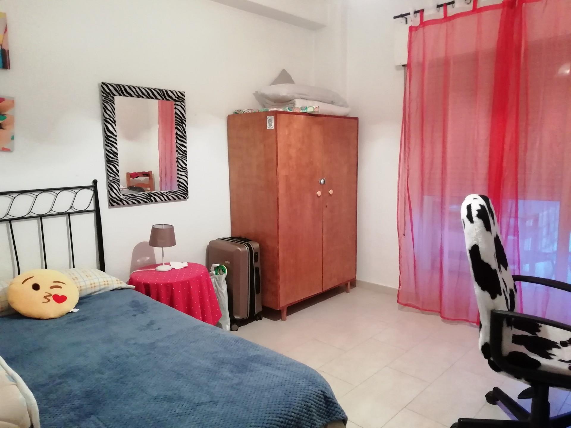 Habitación amplia y cómoda. Buena iluminación
