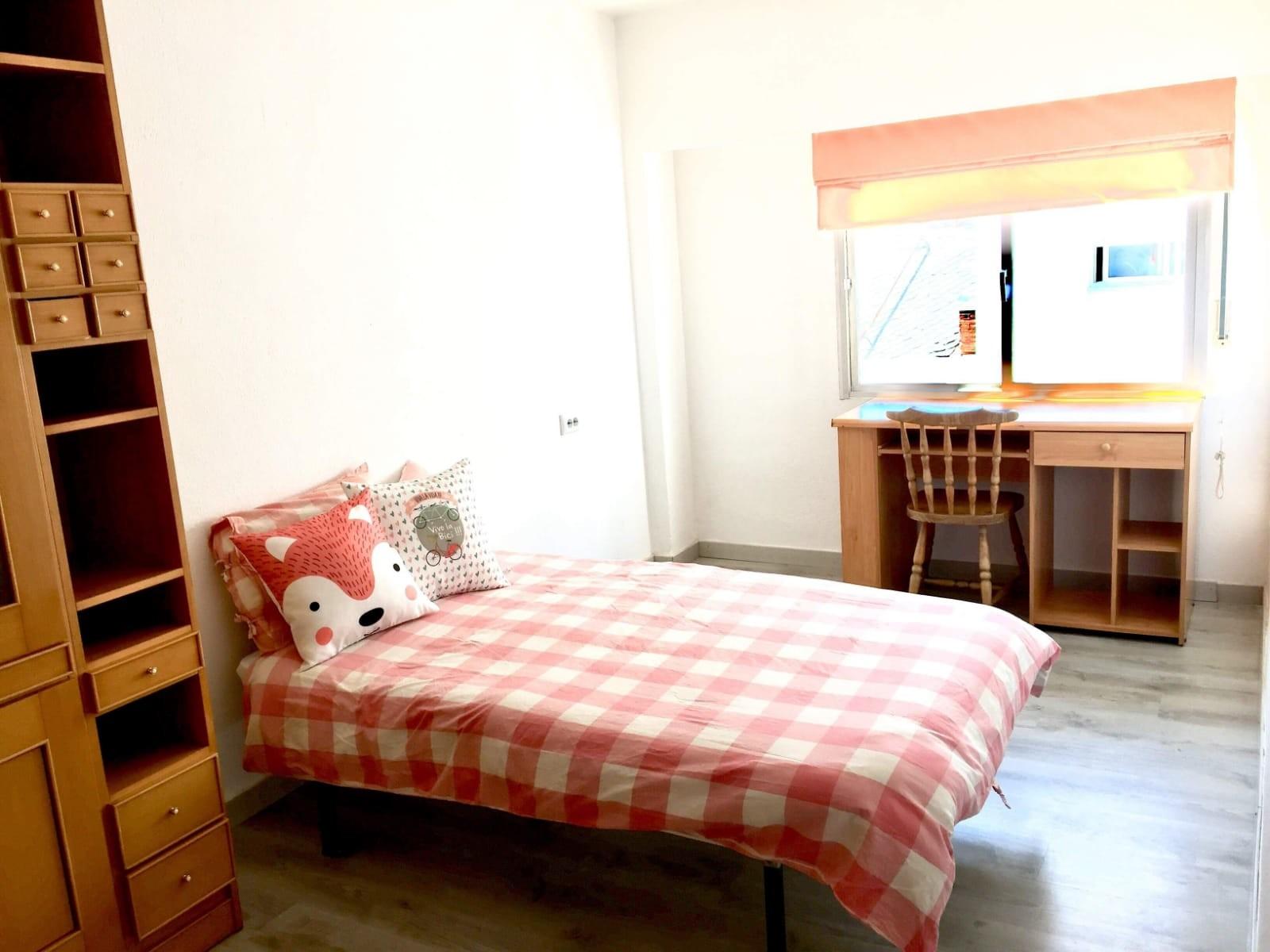 Habitación ámplia, cómoda y cálida al lado de la u
