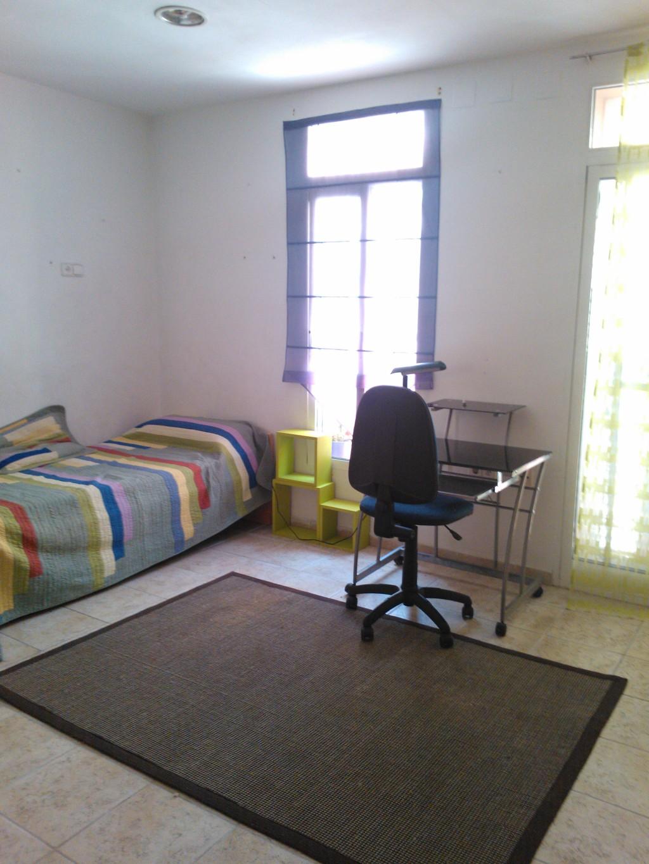Habitaci n amplia luminosa con cuarto de ba o internet for Habitaciones para estudiantes