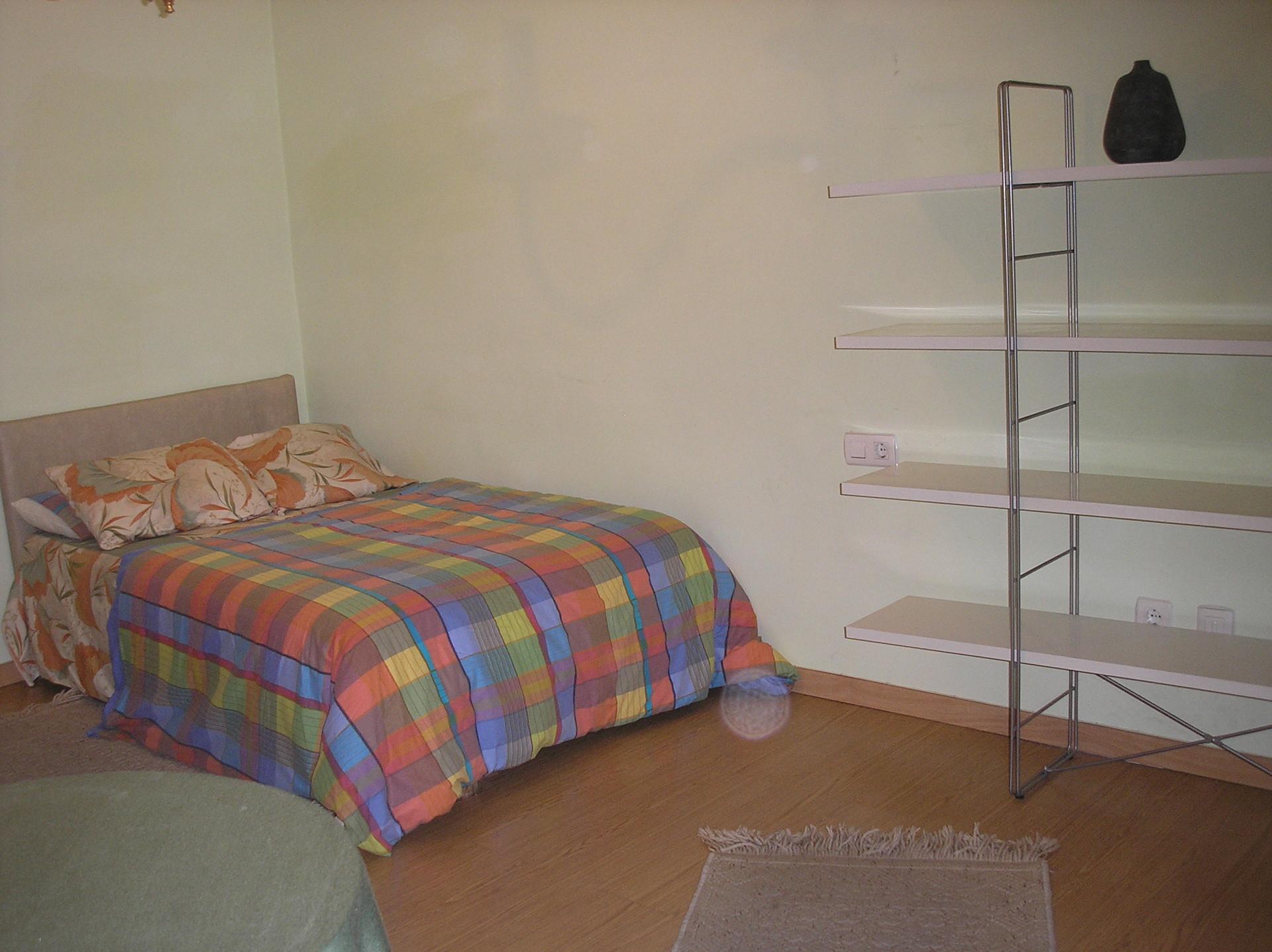 habitación amplia y luminosa  en piso  con ambiente tranquilo