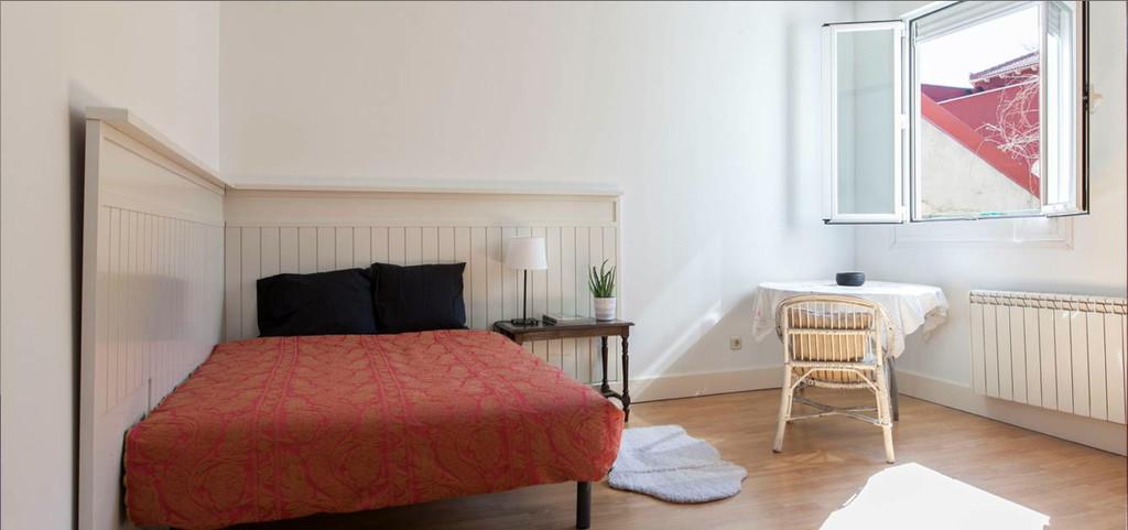 Habitaci n amplia y luminosa en piso de lujo en pleno for Piso una habitacion madrid