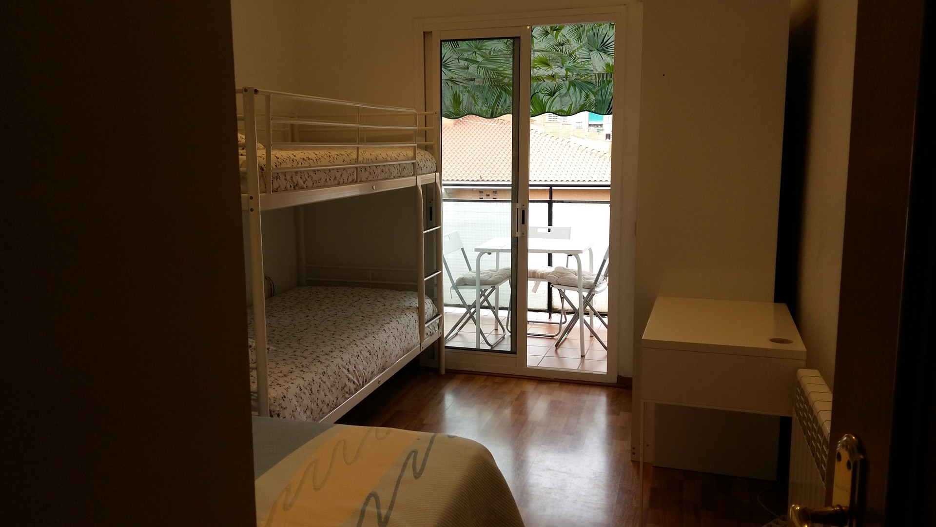 Habitaci n amplia con tres camas alquiler habitaciones for Habitacion 3 camas