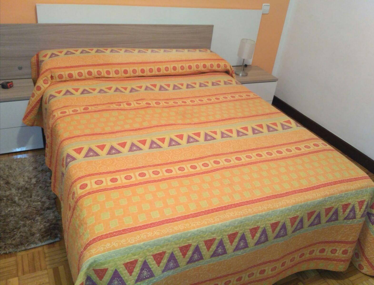 Habitación amplia y luminosa con cama grande, escr