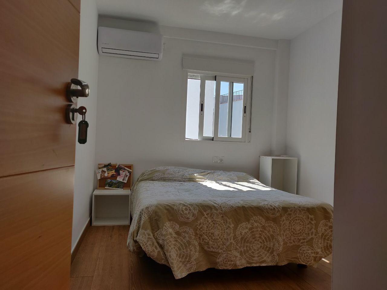 Habitación con cama doble en piso reformado