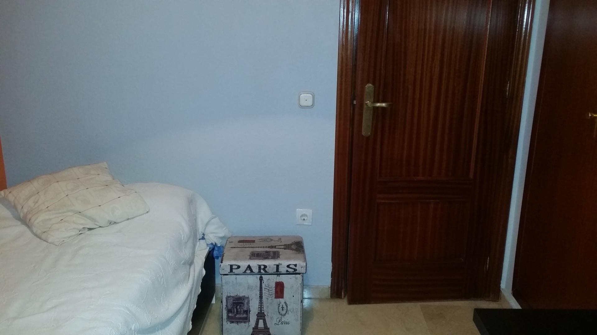habitacion con cama individual ropero empotrado escritorio aire