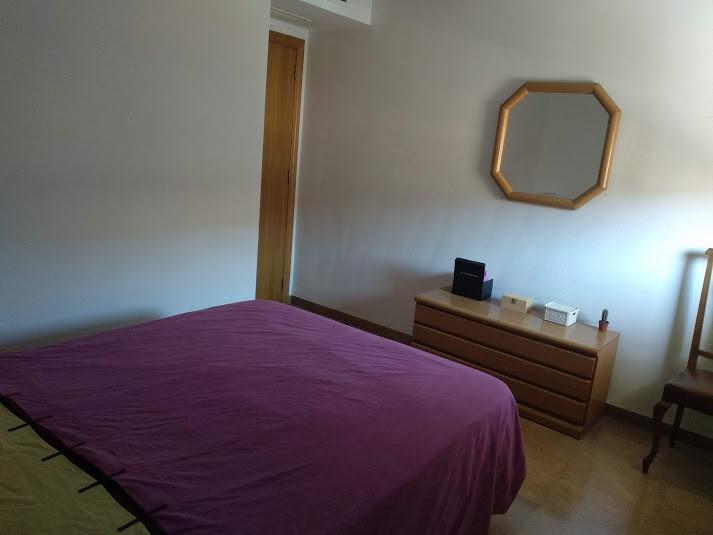 Matrimonio Bed : Habitación con cama de matrimonio en piso compartido de