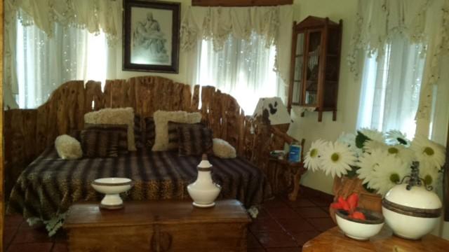 Habitación con cama de matrimonio en inmenso chalet