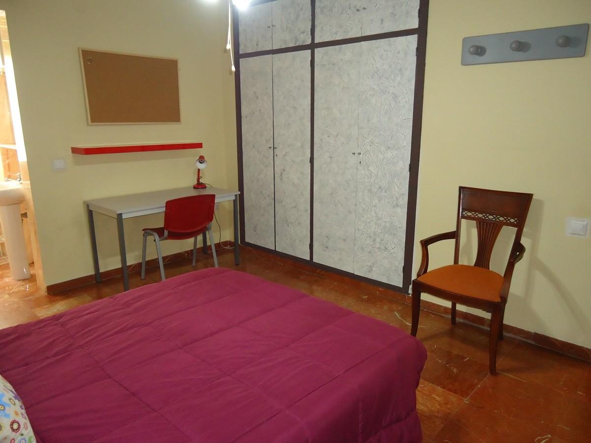 Habitación con cama de matrimonio en piso compartido en Ciudad J
