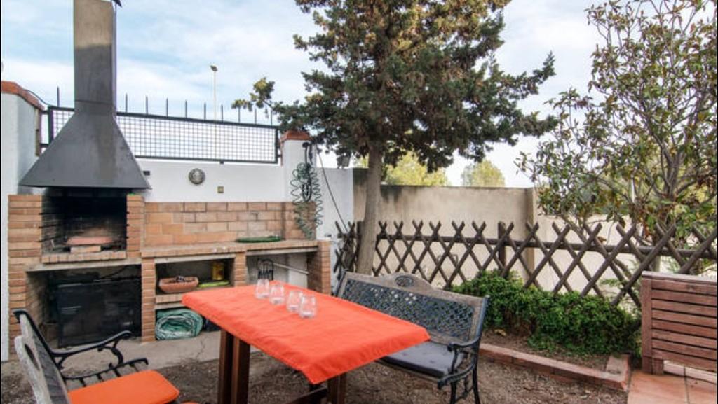 Luminosa habitaci n en casa bien equipada incre bles for Casa jardin badalona
