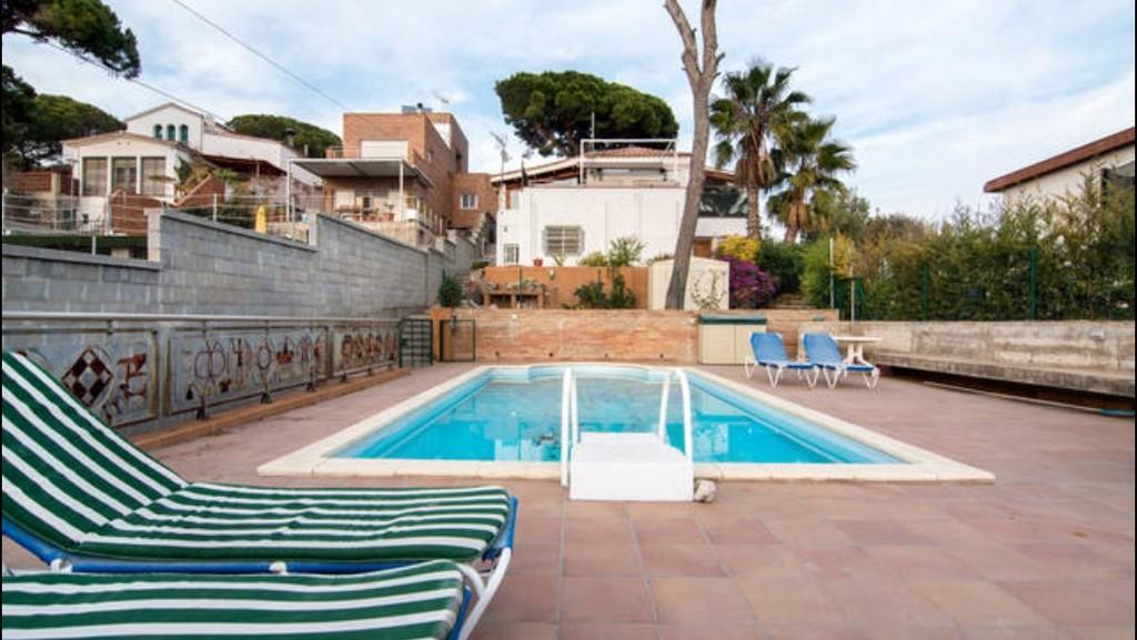Soleada habitaci n en casa bien equipada incre bles for Casa jardin badalona