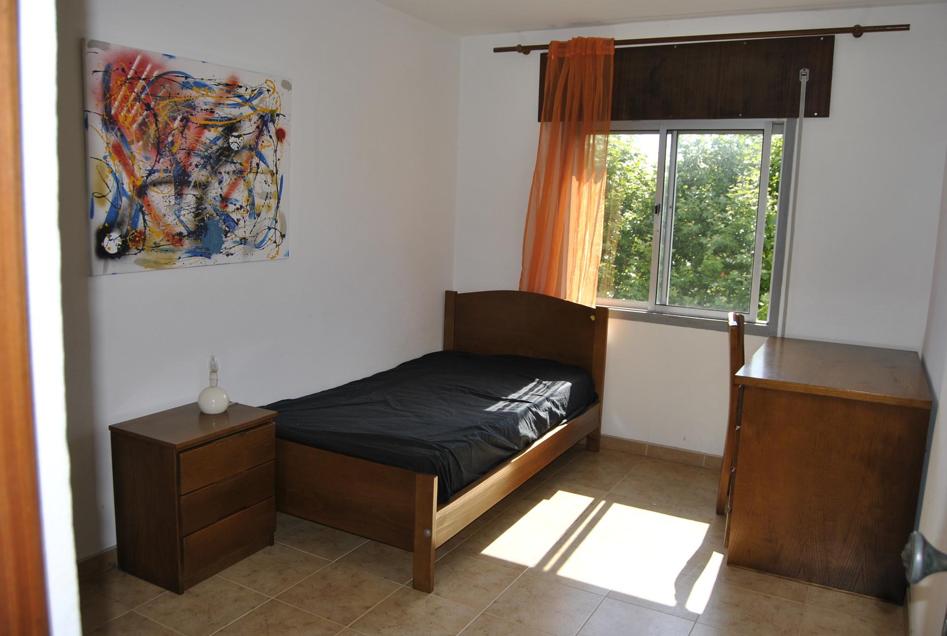 Habitaci n para chica estudiante con internet incluido for Busco alquiler de habitacion