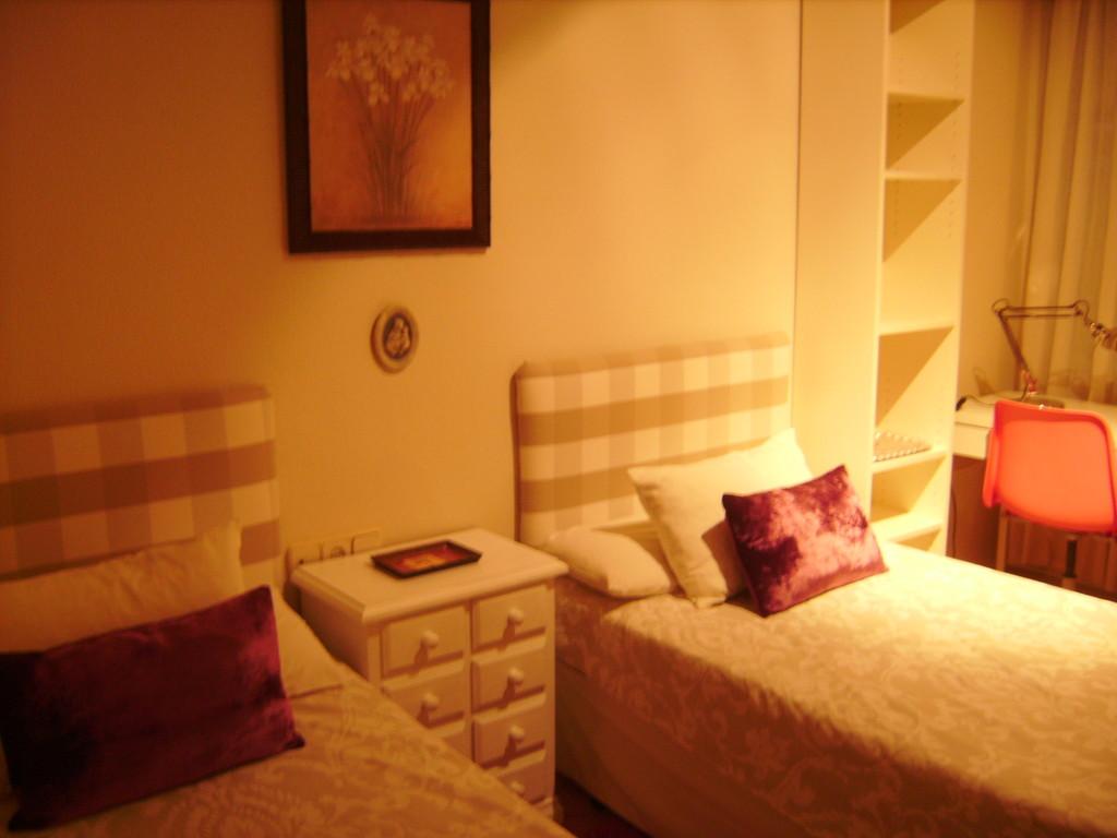 Habitaci n con cuarto de ba o incorporado en casa de for Habitaciones para familias