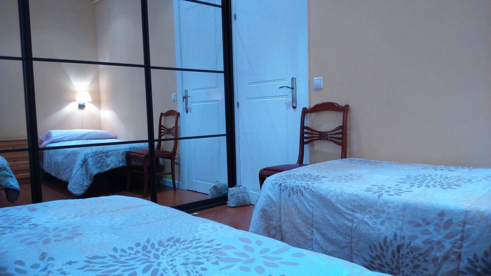 Habitacion doble para chica en moderno piso soleado for Piso 5 habitaciones madrid alquiler