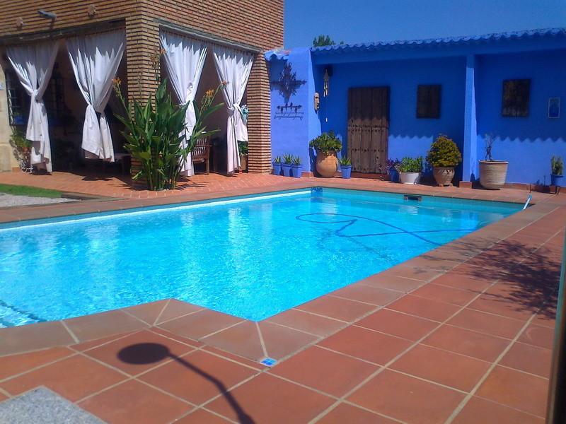 habitacion en casa con piscina y jardin alquiler