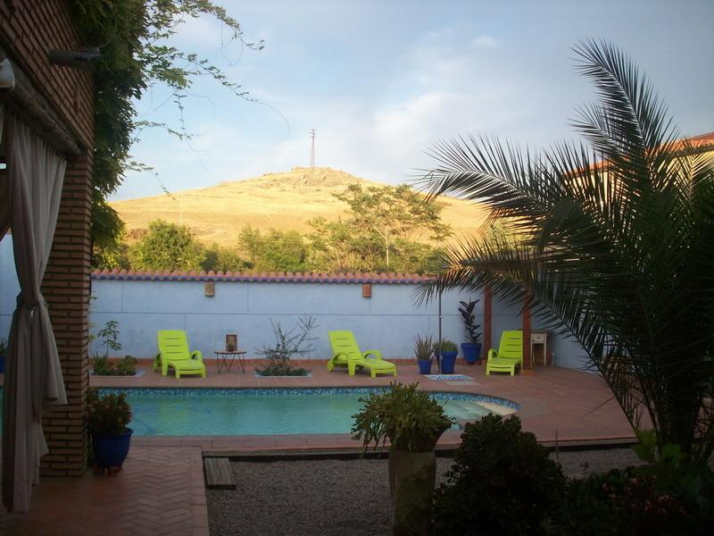 Habitacion en casa con piscina y jardin alquiler for Apartamentos en madrid con piscina