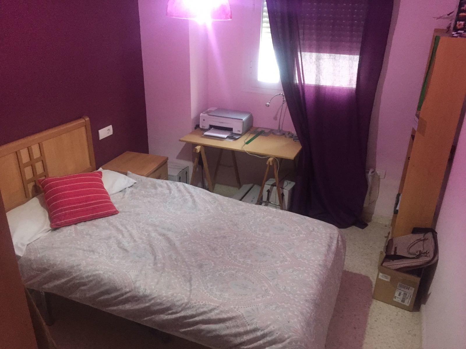 Habitación con escritorio para estudiar cerca de la universidad