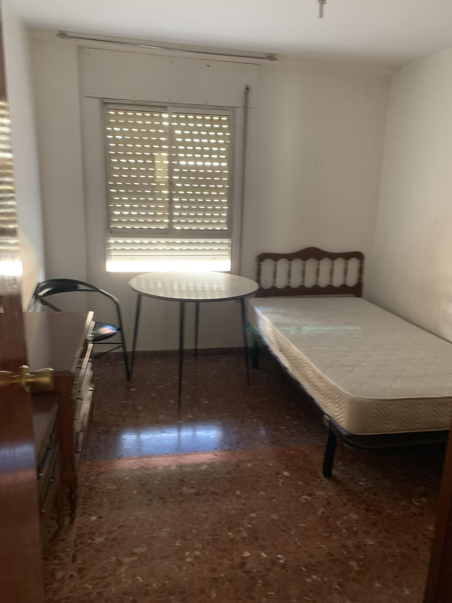 Habitacion exterior con mesa silla y armarios