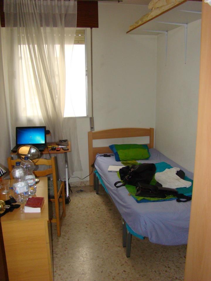 Habitaci n en felipe ii en gran piso con piscina for Pisos con piscina en sevilla