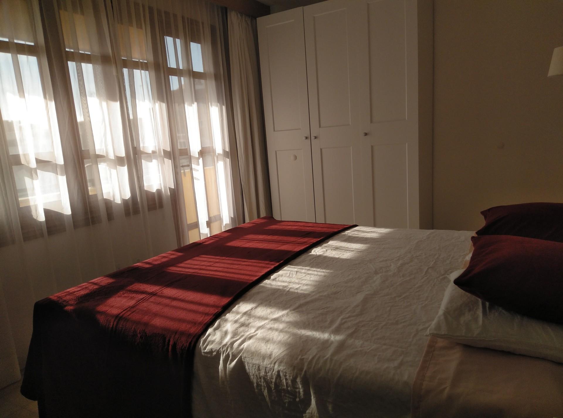 Habitación con un gran balcón, super luminosa, gran armario dos mesitas escritorio y ventilador