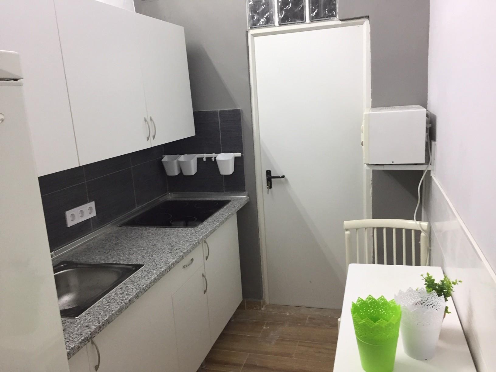 HABITACION GRANDE con baño y llave individual.