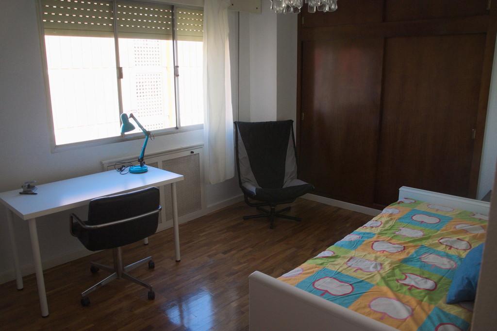 Habitaci n grande y luminosa en piso c ntrico de 4 for Universidades con habitaciones
