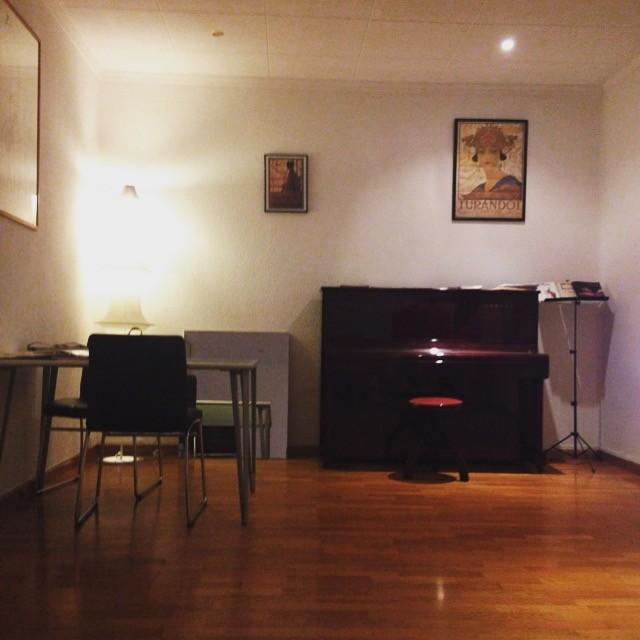 Habitacion en hermoso piso con piano para chica alquiler for Piso 1 habitacion barcelona