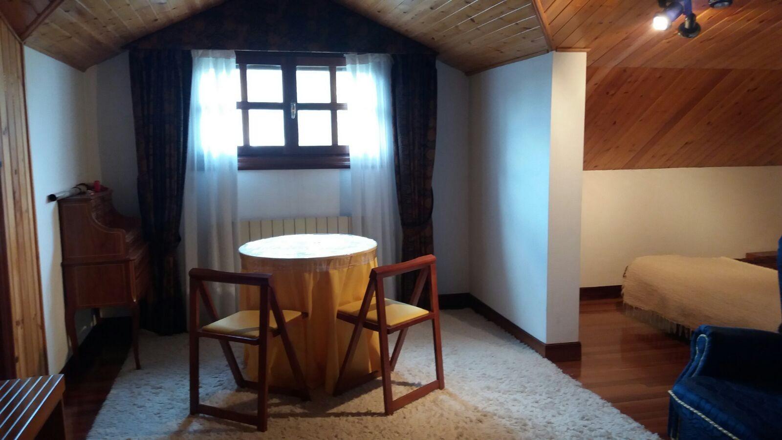 Habitacin impecable con zona privada de saln y vestidor Alquiler