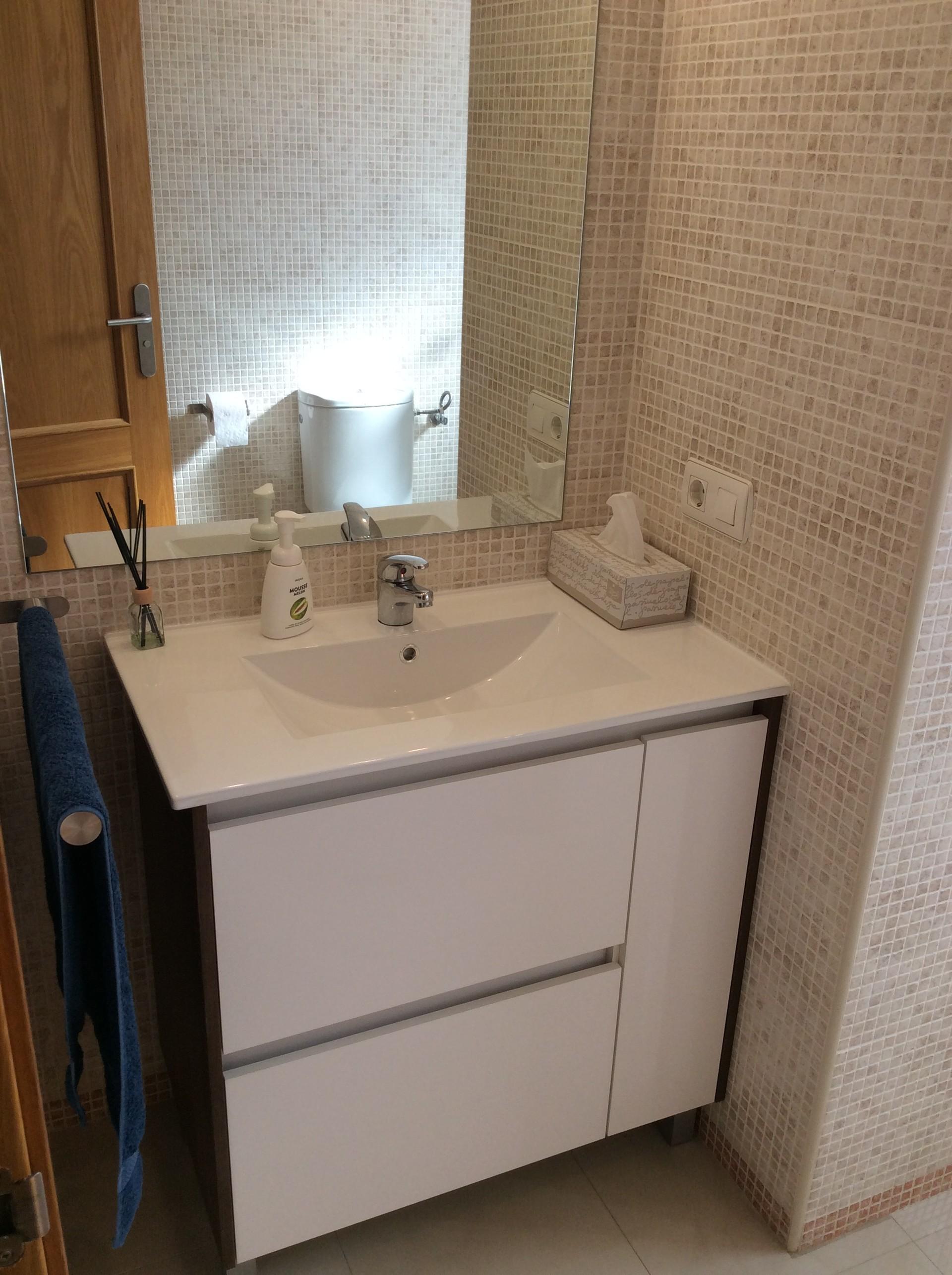 Habitación individual lujo y cuarto de baño completo en apartamento  residencial céntrico.