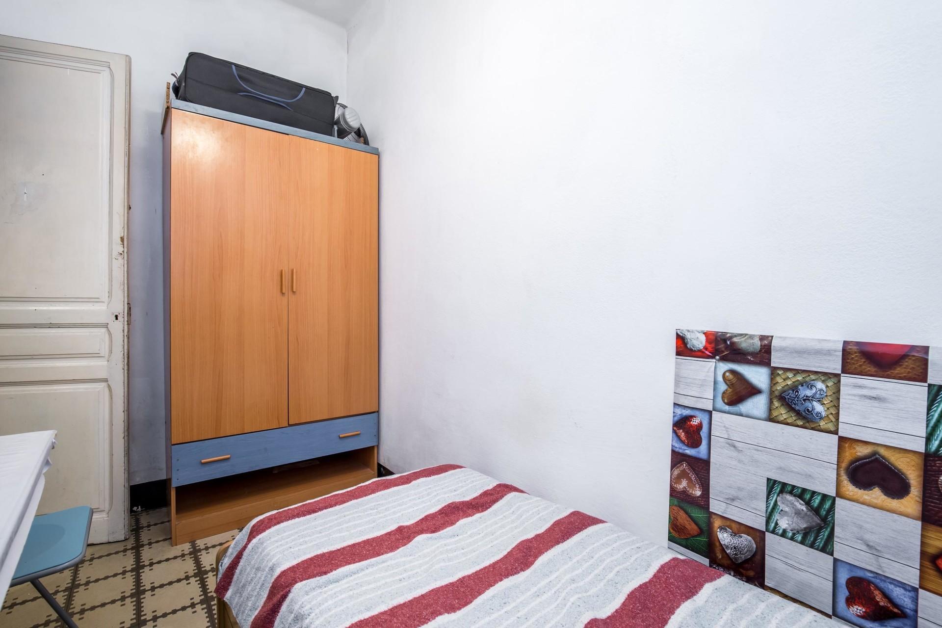 Habitacion individual luminosa sin ruidos, en piso renovado en c