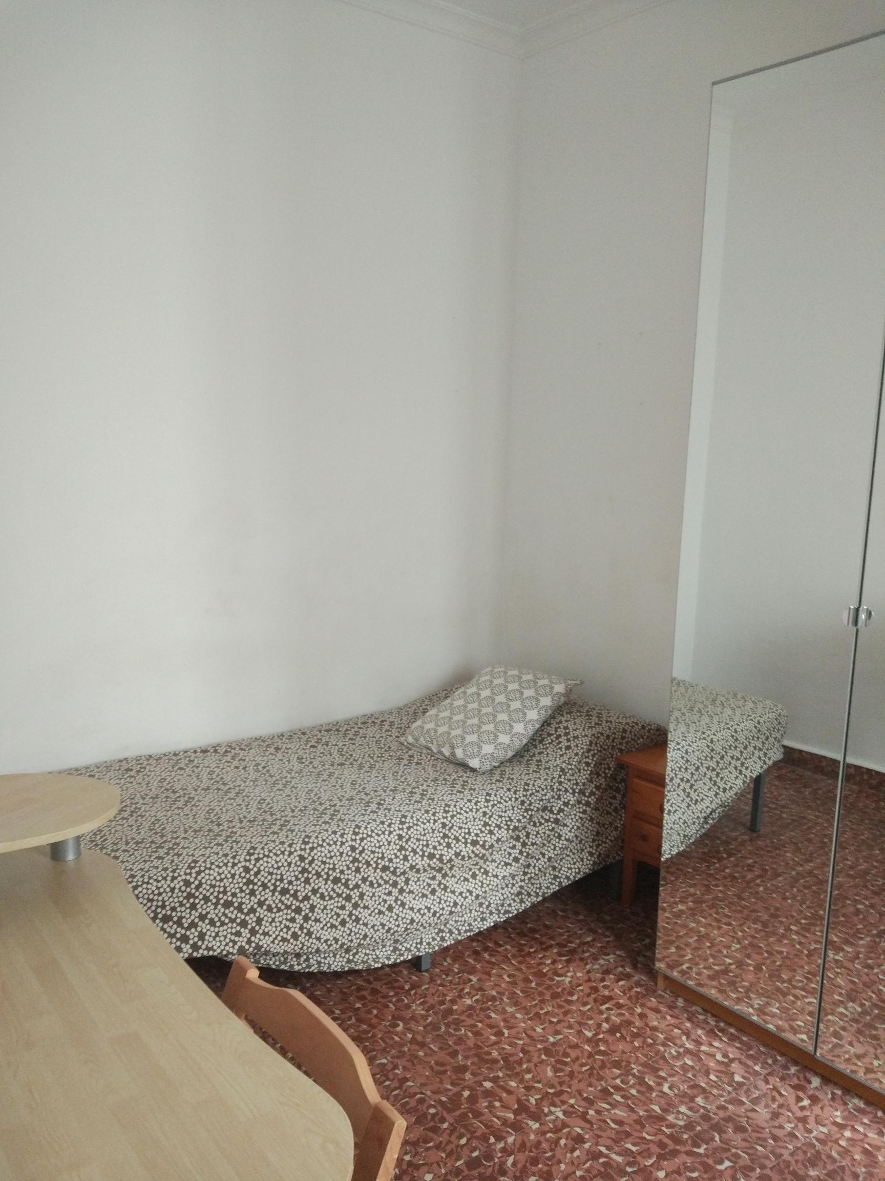 Habitación individual en piso compartido para chica junto al obe