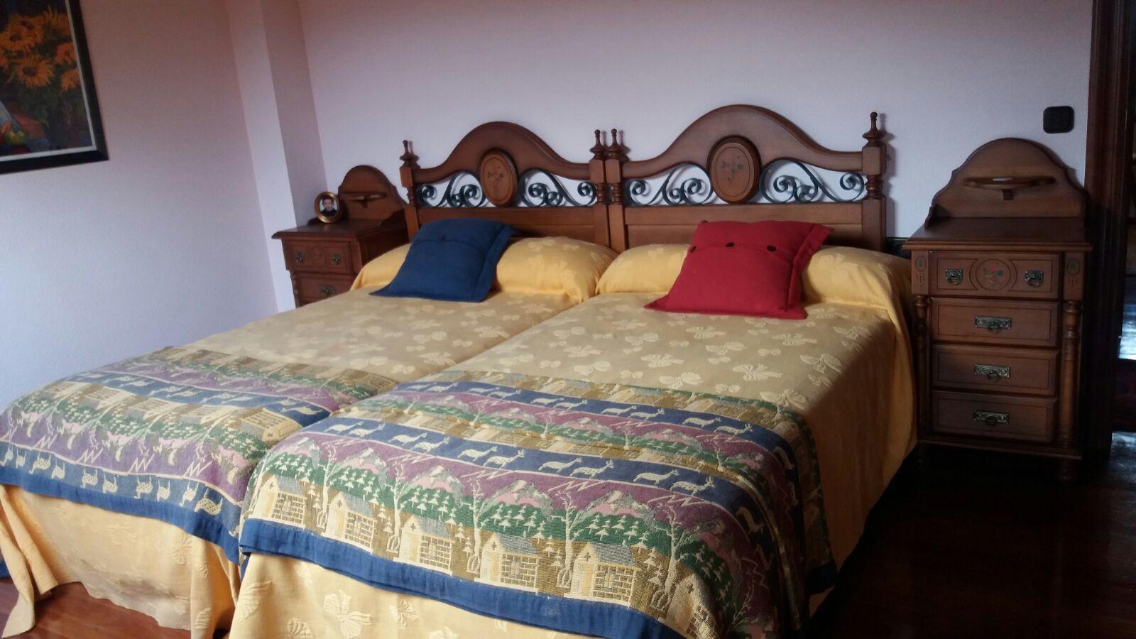 Habitación de lujo. Dos camas. Recién decorada. En chalet de campo ...