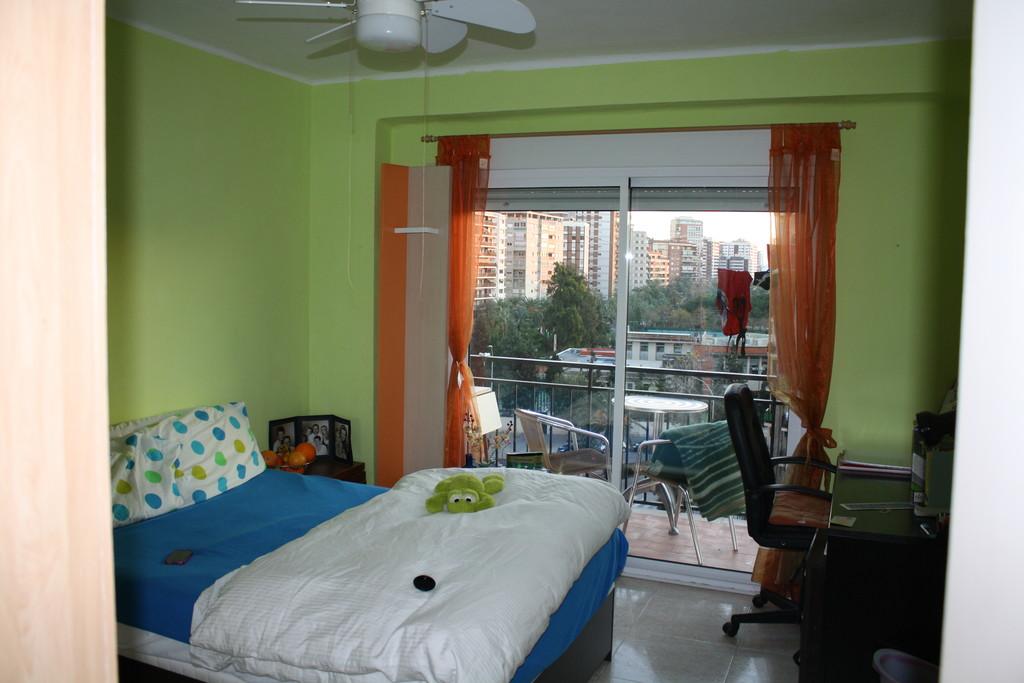 Habitaci n luminosa con balc n a viveros por d a o semana alquiler habitaciones valencia - Habitacion por dias madrid ...