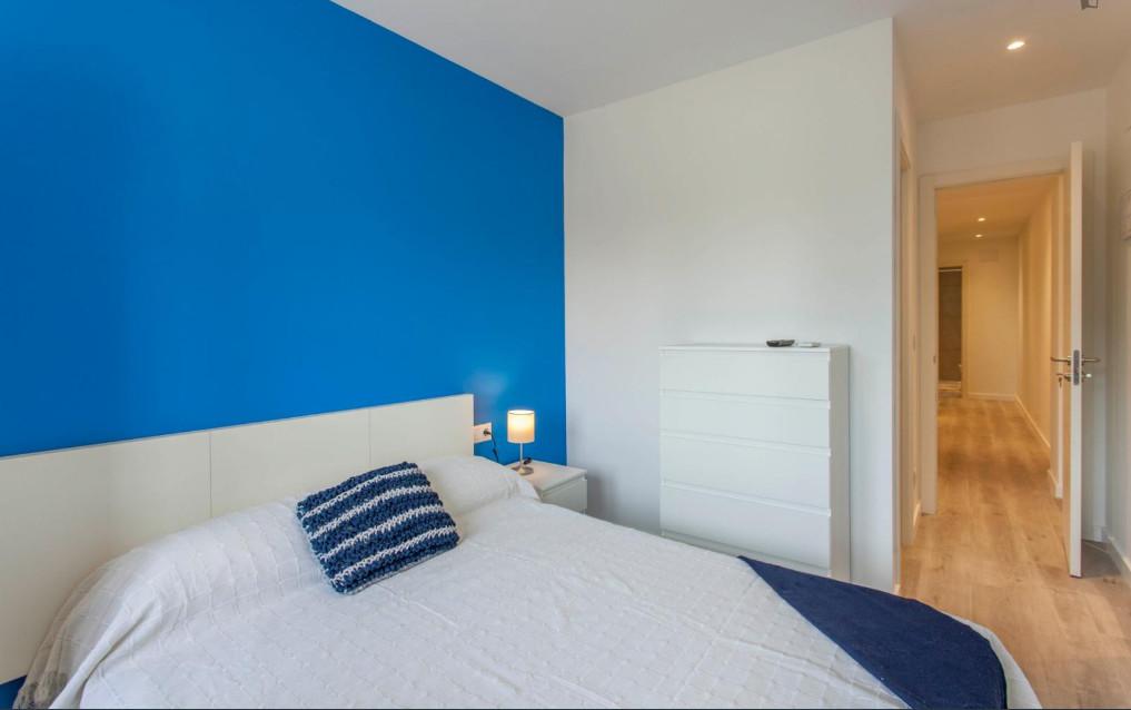 Habitación muy luminosa con cama doble y recién reformada