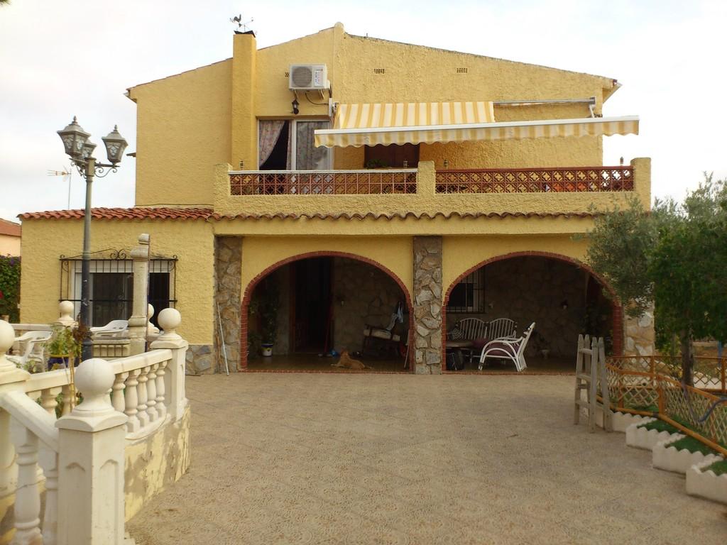Habitacion muy luminosa en chalet con jard n barbacoa y for Piscina universidad alicante