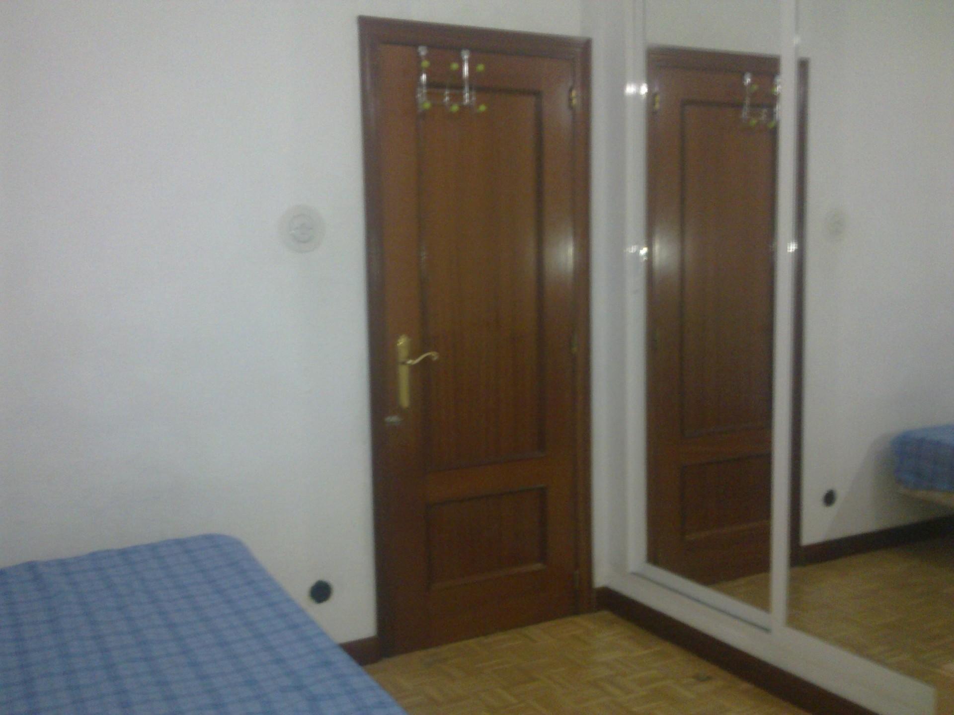Habitaci n en piso 4 habitaciones individuales junto a san for Alquiler de habitaciones individuales
