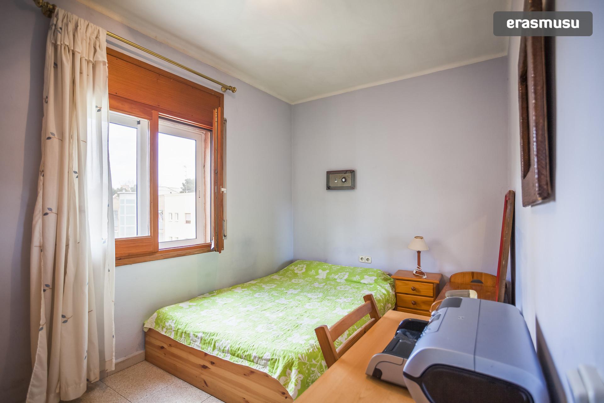 Habitación en piso amplio y soleado cerca del metro