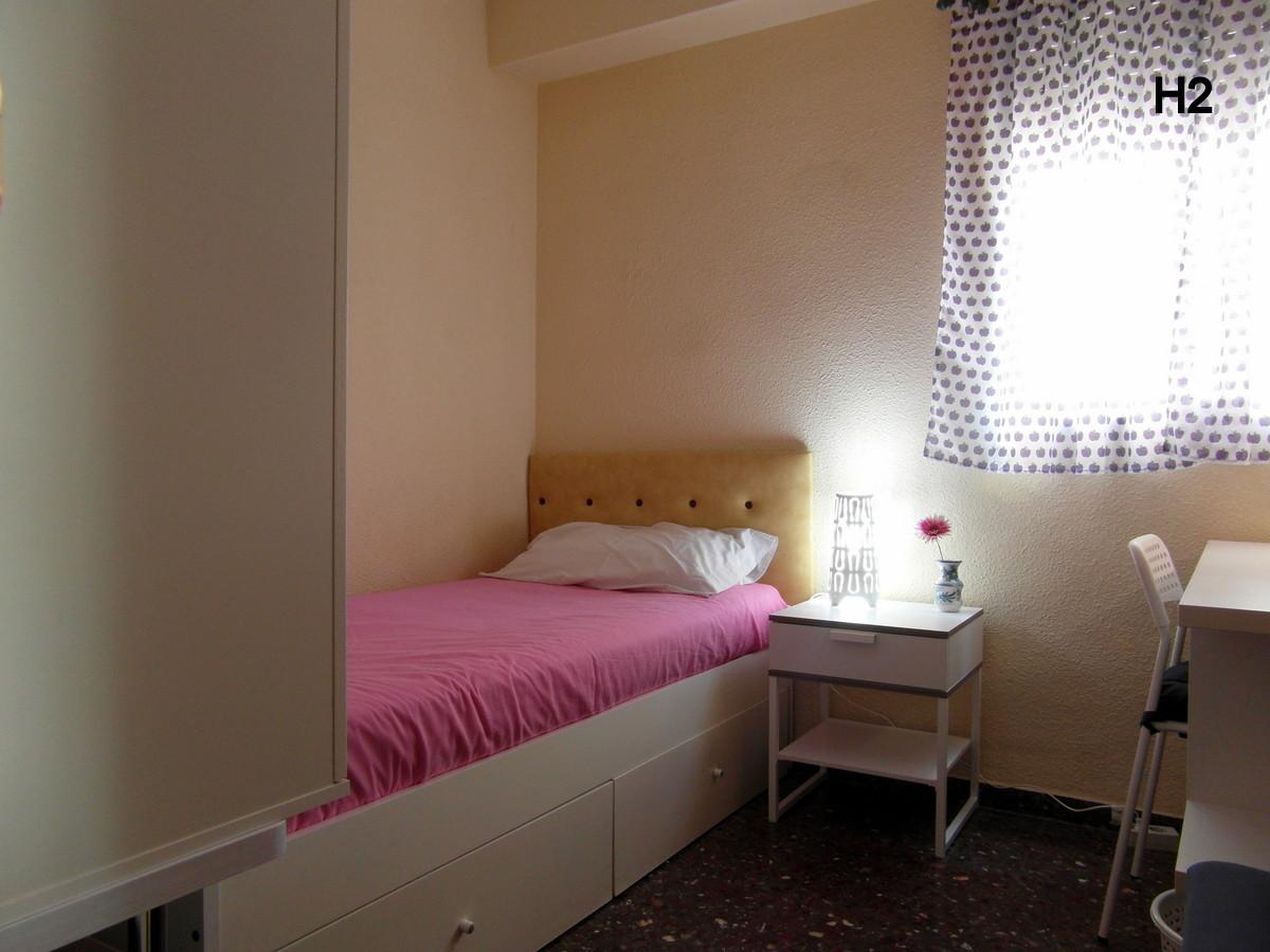 Habitaci n en piso de cuatro habitaciones solamente for Universidades con habitaciones