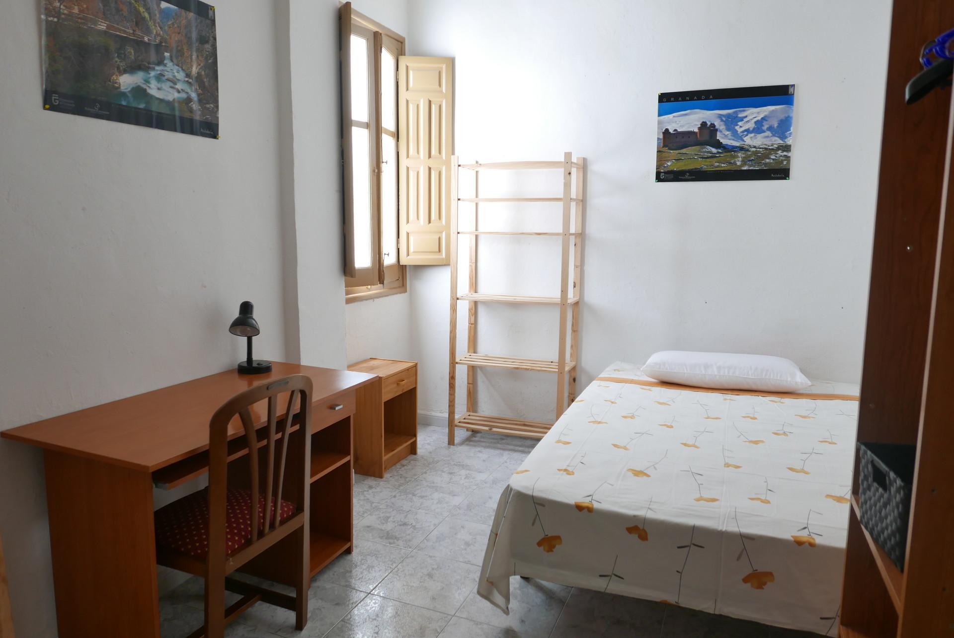 Habitaci n en piso de estudiantes en el centro de granada for Habitaciones para estudiantes