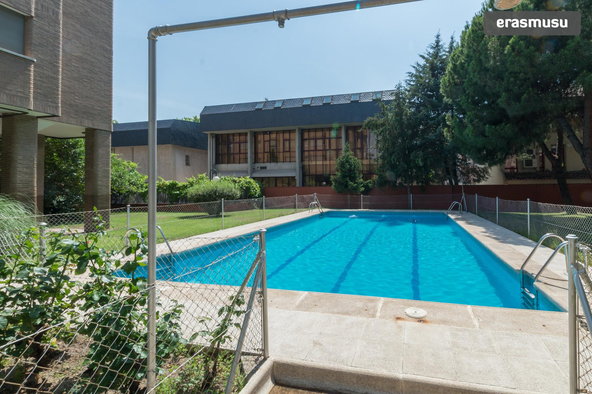 Habitaci n en piso con jardin y piscina en metro ciudad for Piscina ciudad jardin sevilla