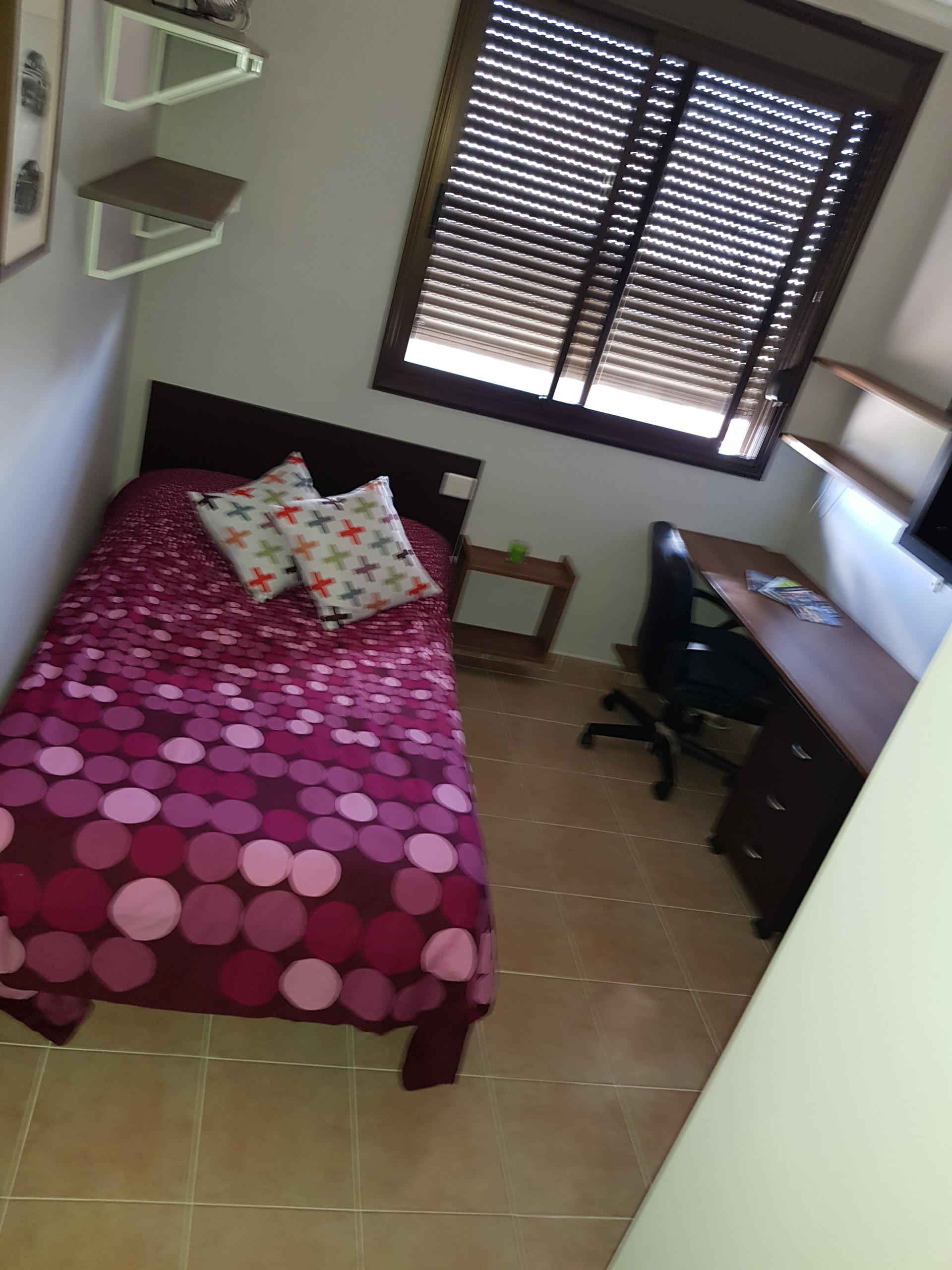 Habitacion en piso moderno y limpio