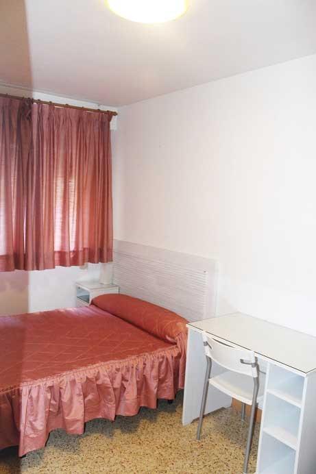 Habitaci n en piso con vistas a la bas lica del pilar for Pisos 1 habitacion zaragoza
