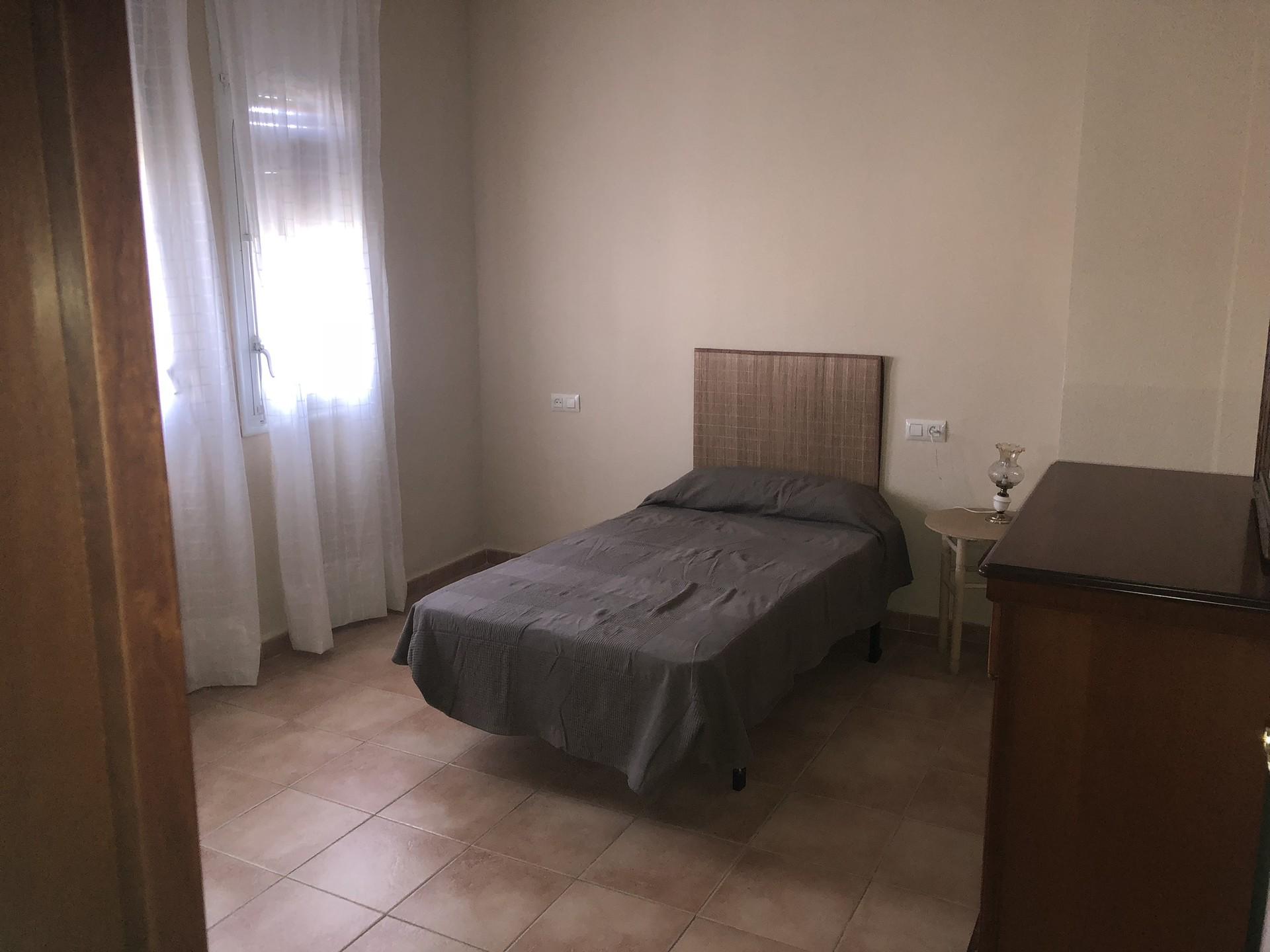 Habitación `principal con armario y comida, con tr
