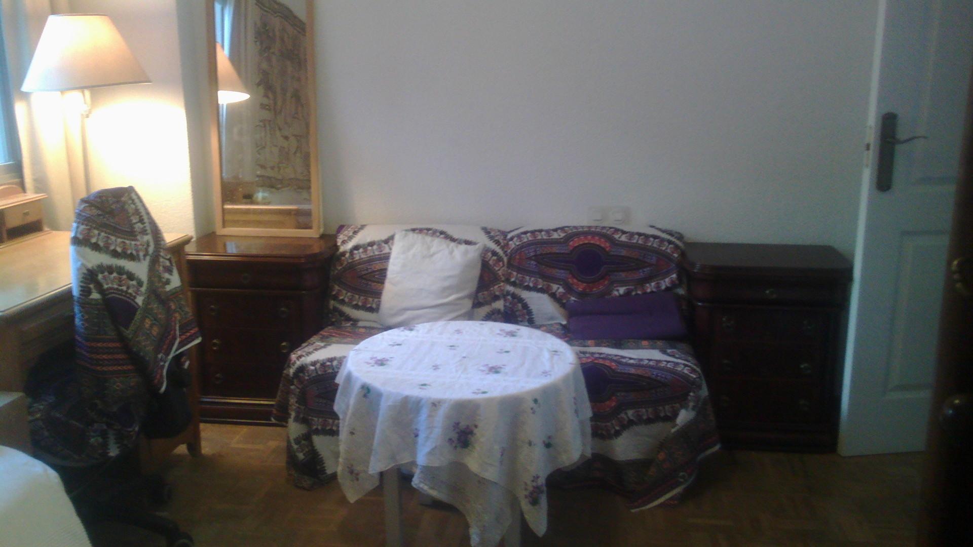 Habitación tranquila en casa familiar, con luz exterior y ventan