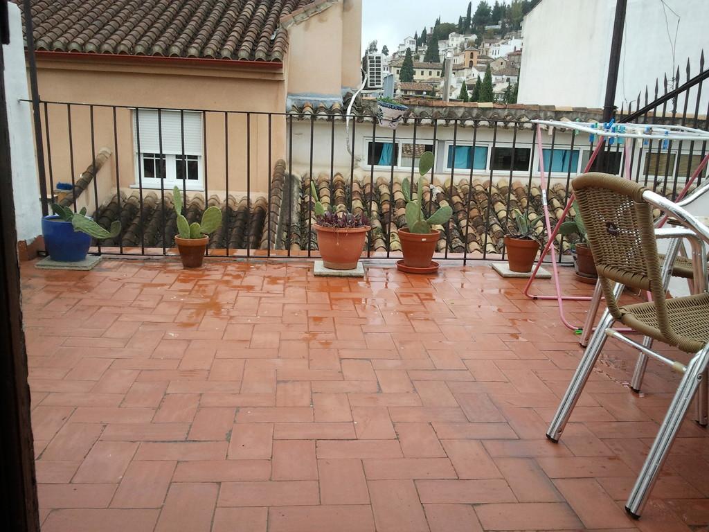 Habitaciones en casa con gran terraza con vistas e for Alquiler casa con piscina granada