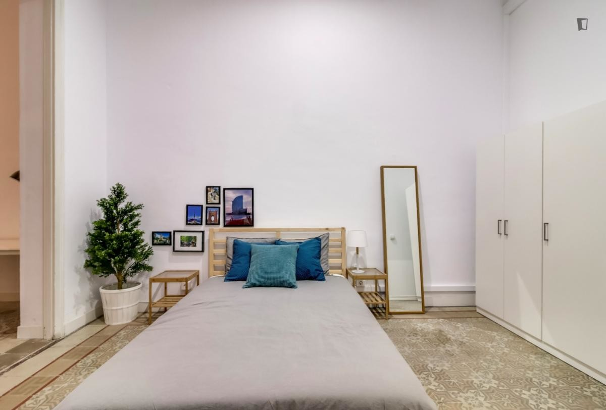 Huge room with double bed, private terrace in Gracia!!!